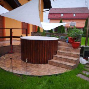 Egyedi 2m-es üvegszálas dézsafürdő, kályhával, faburkolattal, lépcsovel