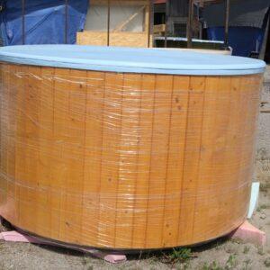 Kék szigetelt (2m) dézsafürdő, világos barna faburkolattal, kályhával, tetővel, lépcsővel stb.